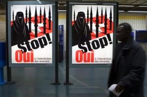 Плакат Швейцарской Народной Партии, призывающий к запрету минаретов
