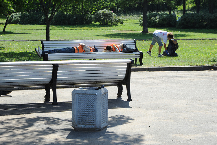 Garbage removal men sleep as bloggers collect rubbish in a St Petersburg park. Photo from blogerprotiv on LiveJournal.